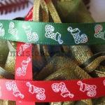 Атласная лента Рождественские носки на красном фоне