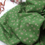 Ткань для печворка и рукоделия Снежинки на зеленом